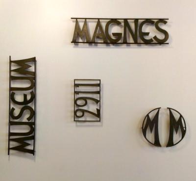 Magnes-Sign-Victor-Reis-Fence