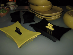 Black and green chartreuse dishes set a Thanksgiving theme.